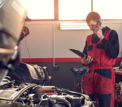 Mechanik rozmawia przez telefon
