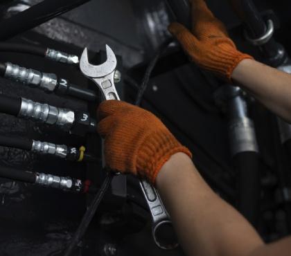 Naprawa silnika maszyny budowlanej
